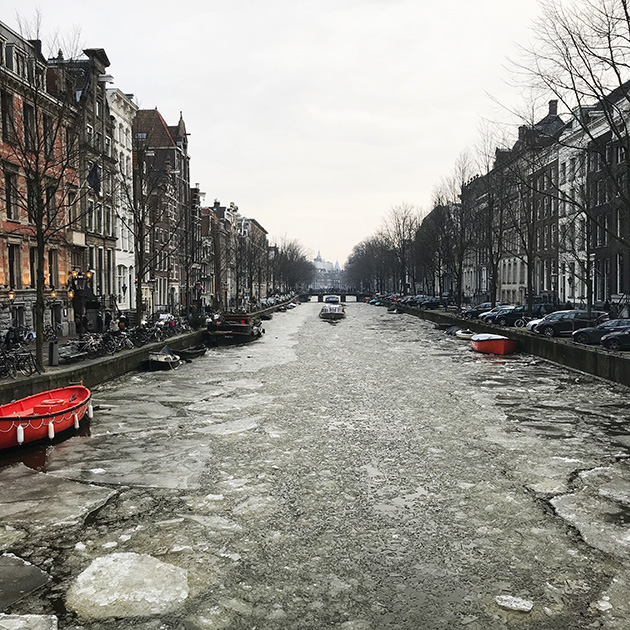 Amsterdam-icy-canal-Herengracht